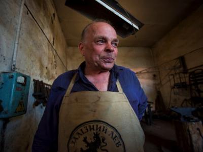 71 year-old Pavlo, blacksmith from Lugansk, opened his workshop in the Kharkiv region. Photo: UNDP Ukraine